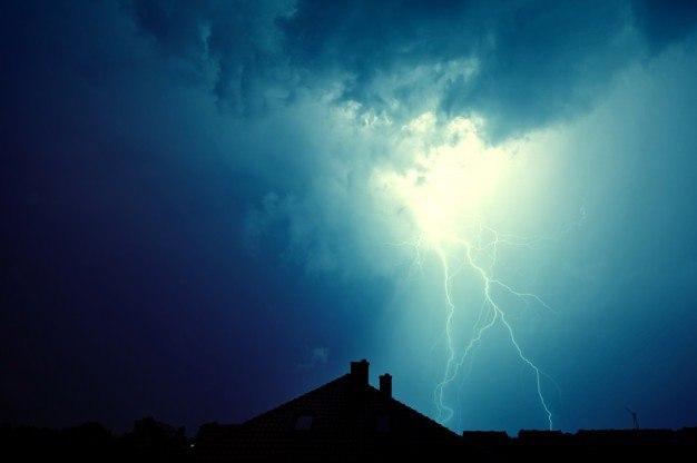 lightning-hit-house_1204-219